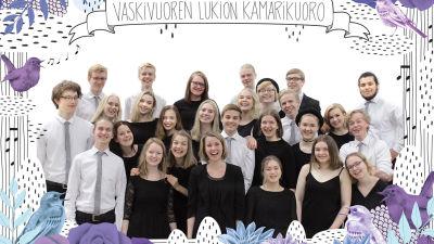 Vaskivuoren lukion kamarikuoro ja kuoronjohtaja Jonna Vehmanen.