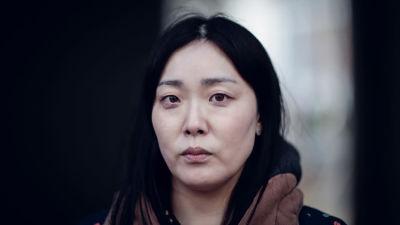 Eun-mi ser olyckligt in i kameran
