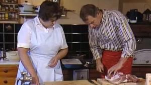 Sirkka Gustafsson ja Jaakko Kolmonen valmistavat jouluruokia