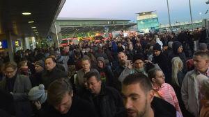 Avgångshallen vid terminal 2 på Helsingfors-Vanda flygplats evakuerades.