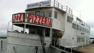 Restaurangbåten Italia vid kajen i Östra hamnen i Mariehamn.