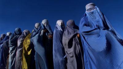 Naisia Burkhissa odottaa ruoka-apua Afganistanissa vuonna 2004..