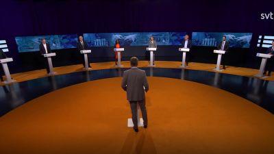 Partiledarna framför sina podier i SVT:s Agenda.