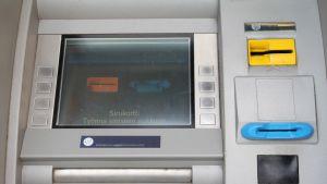 Bankautomat där någon installerat skimningsutrustning som gör det möjligt att kopiera bank- och kreditkort.