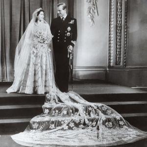 Prins Philip och prinsessan Elizabeth i sina bröllopskläder.