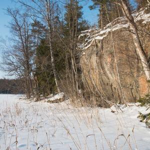 klipphäll vid sjö på vintern
