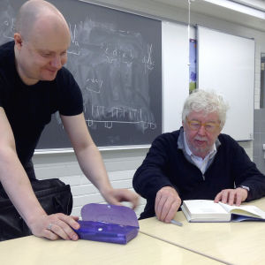 Säveltäjä Johan Tallgren, Musiikin aika -festivaalin 2015 taiteellinen johtaja pyytää Sir Harrison Birtwistleltä omistuskirjoituksen.