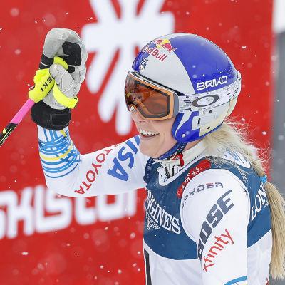 En glad Lindsey Vonn efter störtloppet i damernas superkombination i Åre.