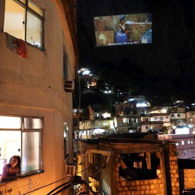 Brasilian Rio de Janeiron suurimmassa favelassa katsottiin vuorenseinämälle heijastettua elokuvaa 24. tammikuuta.