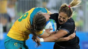 Kayla McAlister och Chloe Dalton i kamp om bollen i Rugby Sevens.