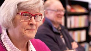 Irma Pantzar on kirjastossa hakemassa neuvoa digipulmiinsa