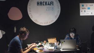 Hack4FI 2018 -kulttuurihackathonissa Vatte Wickström ja Thu Nguyen osallistuivat Ylen haasteeseen.