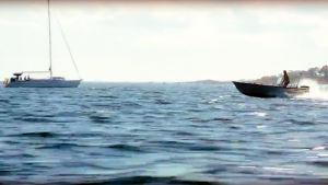 Småbåt på vattnet.