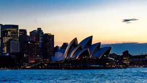 Operhuset i Sydney sett från havet om kvällen.