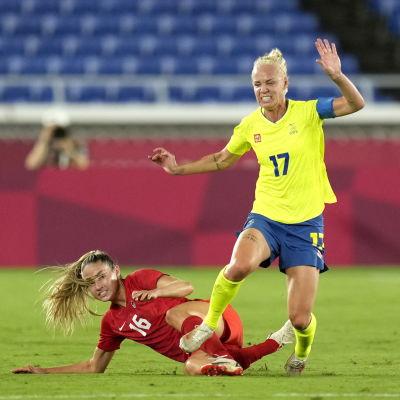 Kanadas Janine Beckie försöker få stopp på Sveriges Caroline Seger.