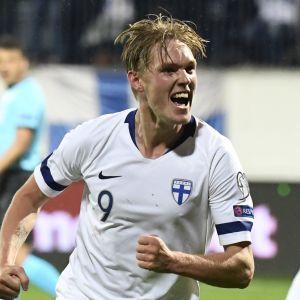 Fredrik Jensen firar mål i landslaget.