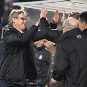 Markku Kanerva jublar med sina kollegor efter segern över Grekland.