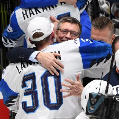 Jukka Jalonen kramar Kevin Lankinen.