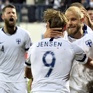 Joona Toivio, Fredrik Jensen och Teemu Pukki firar ett mål.