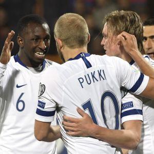 Glen Kamara och Teemu Pukki firar med målskytten Fredrik Jensen.
