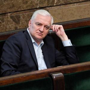 Jaroslaw Gowin sitter i en soffa