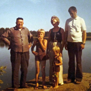Jaakko Heinimäki lapsuudenperheensä ja Laitilan Papan kanssa