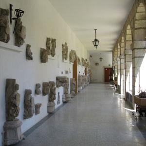 Luostarin sisäpihan seinällä veistoksia,