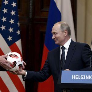 Putin ger Trump en fotboll under presskonferensen i Helsingfors