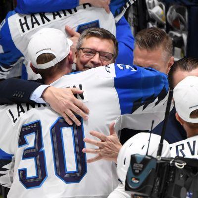 Suomen päävalmentaja Jukka Jalonen ja maalivahti Kevin Lankinen onnittelevat toisiaan.