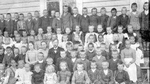 Uudenkirkon Kirkkojärven koulu oppilaita ja opettajia 1900-1910