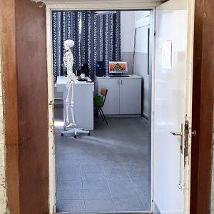 Dörren till klassrummet i en skola i Budapest står öppen och på lärarens plats ser vi ett skelett