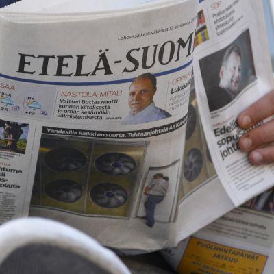 Mies lukee Etelä-Suomen Sanomia.