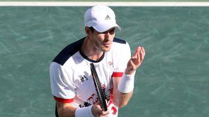 Andy Murray låg illa till men tog sig till kvartsfinal.