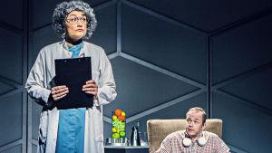 Maria Udd som läkaren som slår vad med sina patienter för att tjäna pengar och Jan-Christian Söderholm som Pontus Torvalds.an-Christian Söderholm