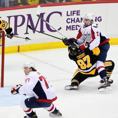 Sidney Crosby får Matt Niskanens klubba i ansiktet.
