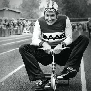 Harry Hannus trampar en liten trehjuling på ett barncykeljippo
