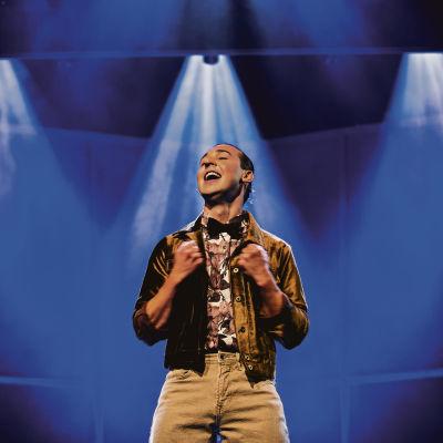Jakob Norrgård står ensam på scenen.