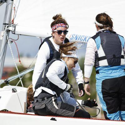 Silja Frost (kesk.) Brittiläisen Macgregorin venekunnassa Match race -purjehduksen MM-kilpailuissa Helsingin Hernesaaren kärjessä.