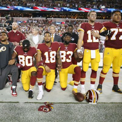 NFL-seura Washington Redskinsin pelaajat protestoivat Yhdysvaltain kansallislaulun yhteydessä.