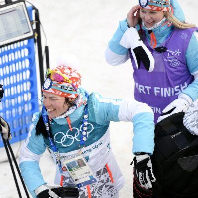 Krista Pärmäkoski saa päävalmentaja Reijo Jylhän onnittelut.