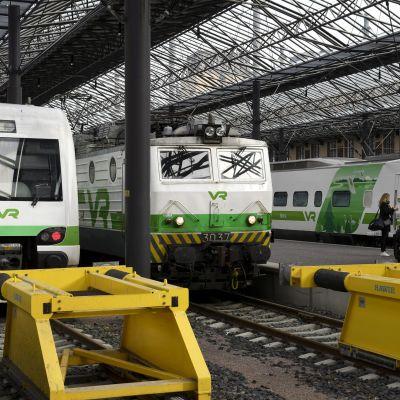Junat seisovat Helsingin päärautatieasemalla 18. syyskuuta 2018.