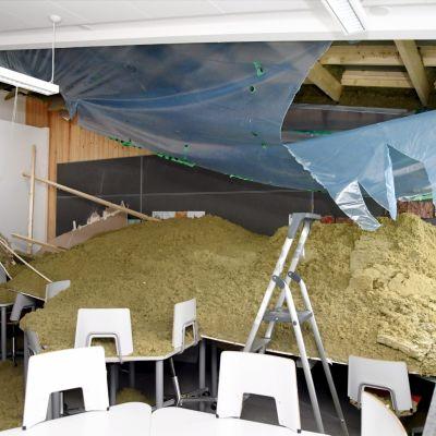 Helsingissä Oulunkylän ala-asteella havaittiin maanantaiaamuna, että yhden luokkahuoneen sisäkatto oli romahtanut. Koska katto romahti todennäköisesti viikonloppuna, luokkahuoneessa ei ollut lapsia tai opettajia. Oulunkylän ala-asteella tehtiin peruskorjaus hiljattain.