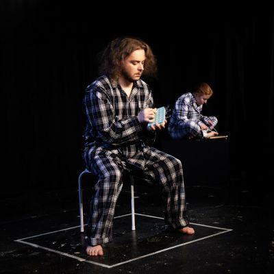 Mental Expo -näytelmän kaksi esiintyjää pyjamassa lavalla