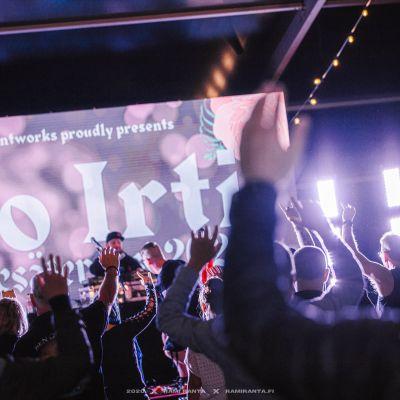 Esintyjä ja yleisöä Ilo irti kesäterassilla vuonna 2020.