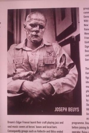 Joseph Beuys med död hare i famnen