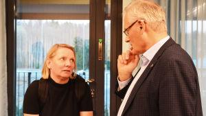En kvinna och en man diskuterar. De ser fundersamt på varandra.
