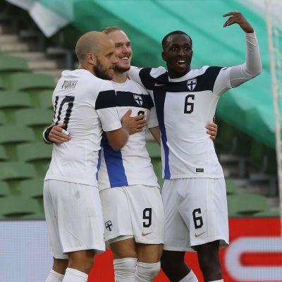 Temmu Pukki, Fredrik Jensen och Glen Kamara firar Finlands mål.