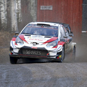 Kalle Rovanperä sladdar i en kurva med sin rallybil.