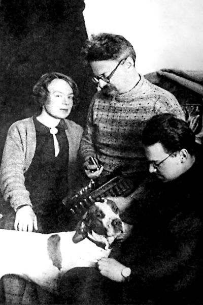 Trotskij, Sedova med sonen Lev i exil i Alma-Ata (numera Almaty) 1928.