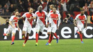 Spelare i Monaco firar ett mål.